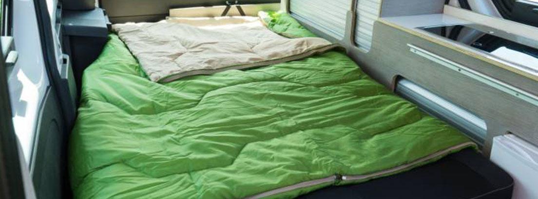 Cama en el interior de furgoneta Nissan NV200 y NV300 camper