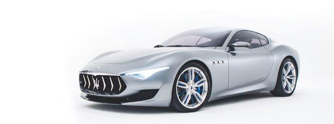 Maserati Alfieri de color gris sobre fondo blanco
