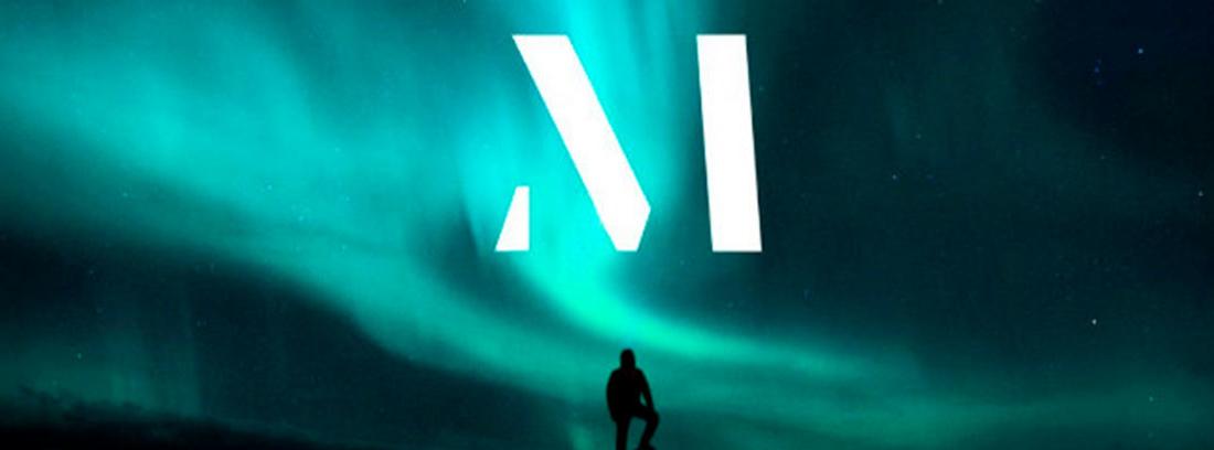 Un hombre en penumbra y de espaldas sobre apoya el pie en una roca. Al fondo una aurora boreal en la que aparece la letra M.