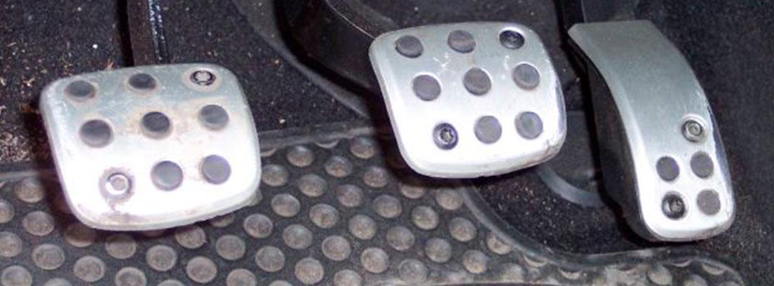 Pedal de freno, el embrague y el acelerador