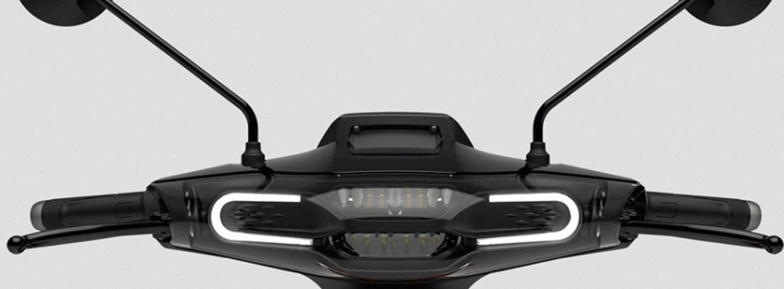 Manillar de la Super Soco con sus luces en forma de U de LED y sus espejos y manillar negros.
