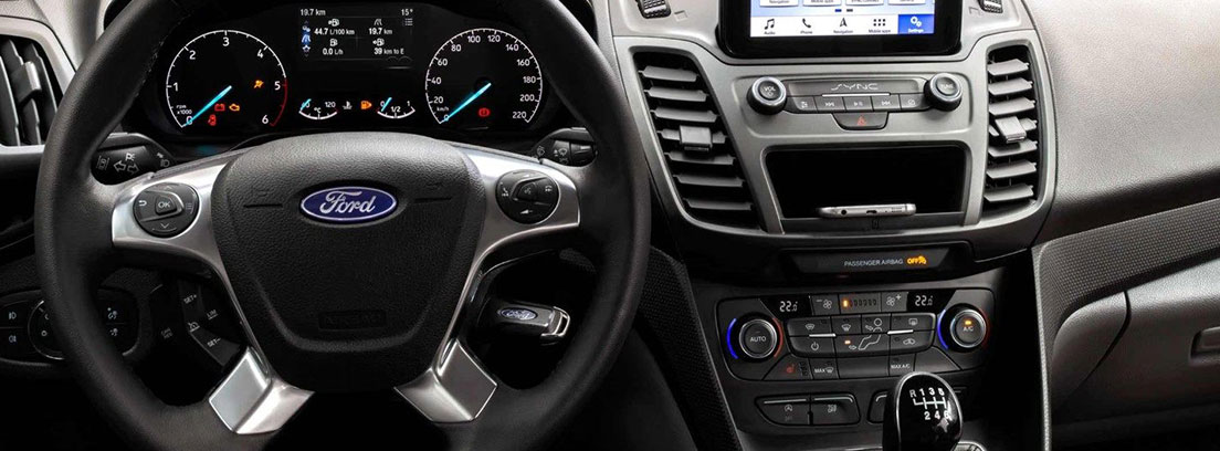Cuadro de mandos del Ford Tourneo Connect 2018 con pantalla táctil de conectividad táctil y vocal.