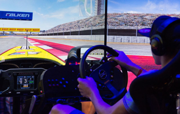 Jugador probando un simulador de conducción