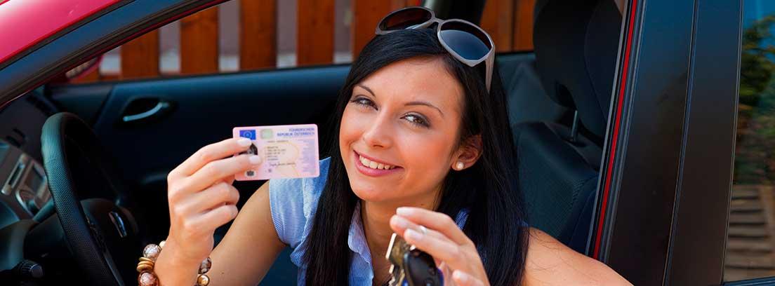 Mujer mostrando su carnet de conducir