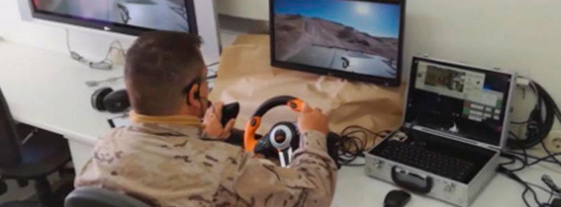 Hombre con ropa militar sentado en mesa con volante en las manos