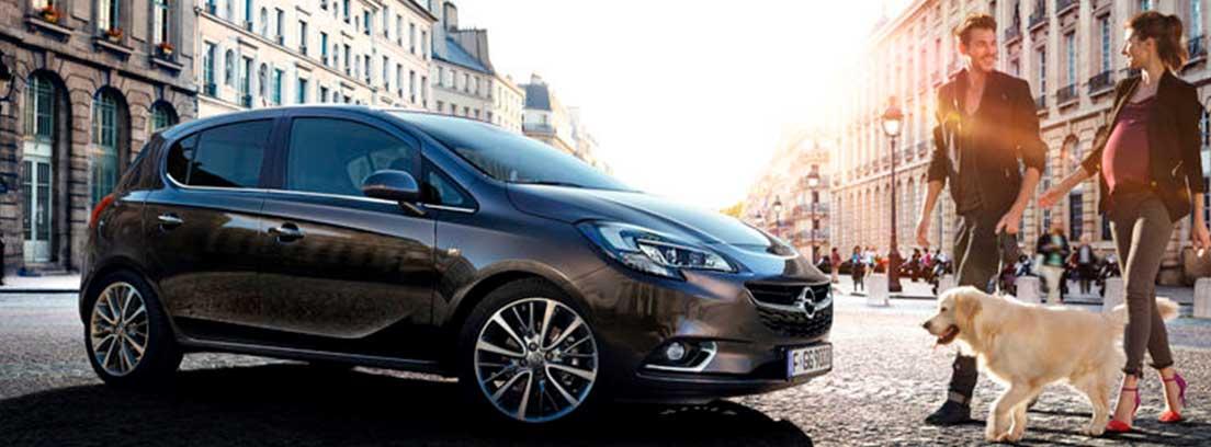 Vista lateral de Opel Corsa gris oscuro