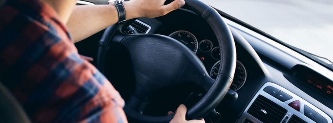Persona con las manos en volante
