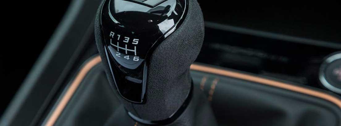 Detalle de la palanca de cambios del Seat Cupra R 2018