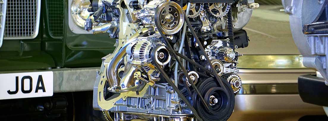 Motor con cadenas de distribución y engranajes a la vista sobre una plataforma