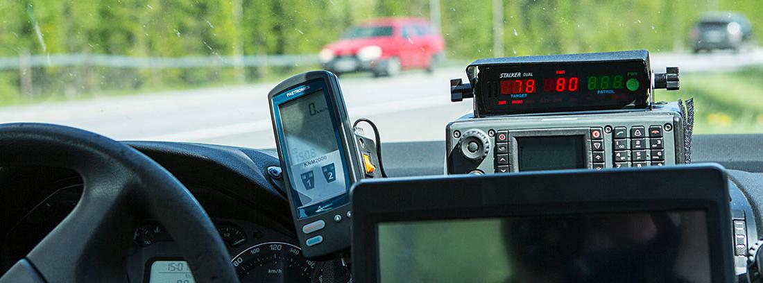 Equipo de radar en el salpicadero del coche en el que se muestra la velocidad de los vehículos que pasan por delante