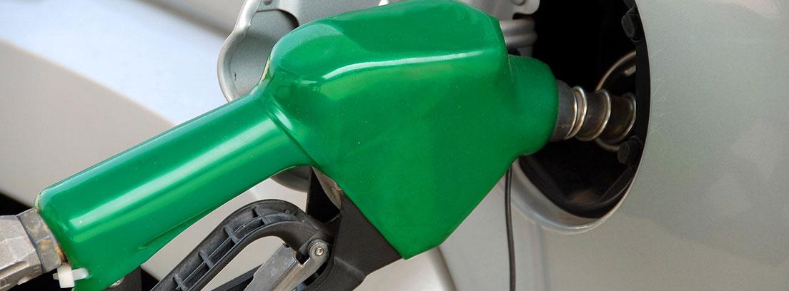 Coche diésel repostando en una gasolinera