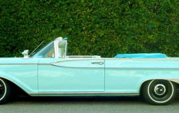 Perfil de un Ford Mercury americano de grandes dimensiones en color azul cielo aparcado