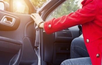 Mujer con tacones saliendo de un coche