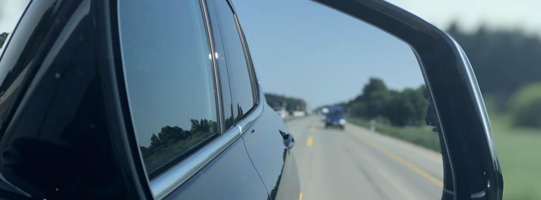 Espejo retrovisor de coche reflejando zona de ángulo muerto