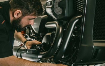 Mecánico cambiando el aceite para motocicleta