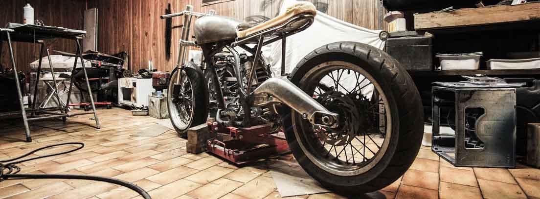 cambio de aceite para motocicleta en taller pequeño