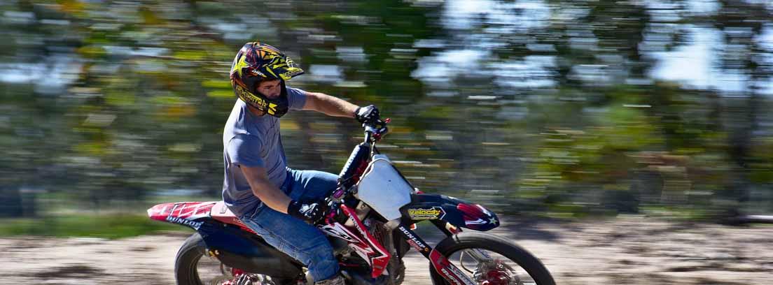 Motorista equipado con casco y guantes