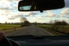 Mano sobre volante en interior de coche.