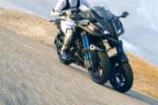 Yamaha Niken recorriendo la carretera a gran velocidad
