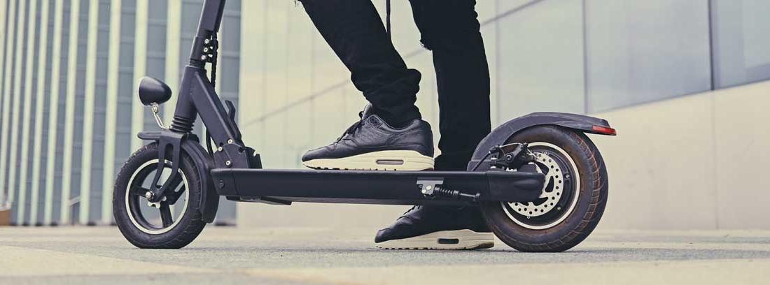 hombre montado sobre un patinete eléctrico