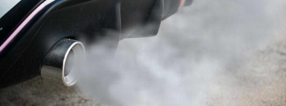 tubo de escape con humo