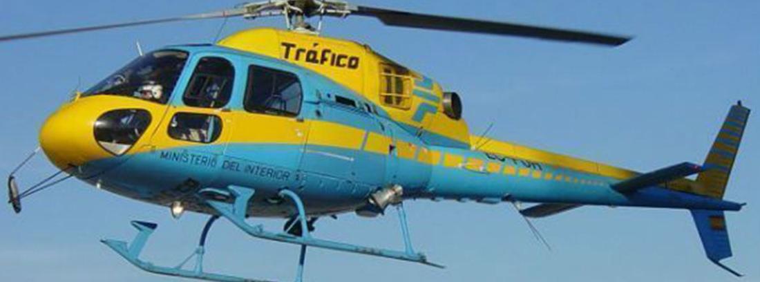 Helicóptero de tráfico amarillo y azul de tráfico volando.