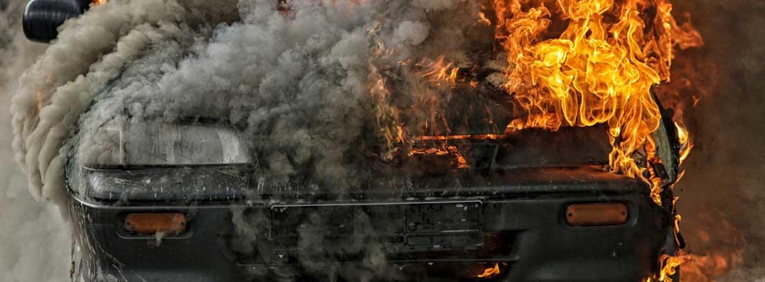 Un coche envuelto en llamas