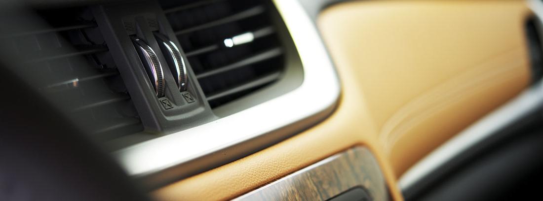 Rejillas de ventilación en el interior de un coche