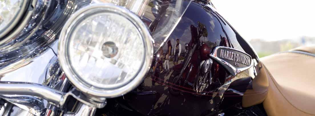 Primer plano de un faro y un intermitente de moto