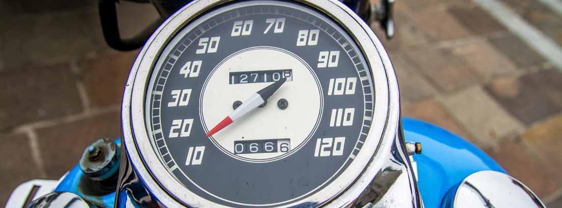 Reloj de una moto con las velocidades