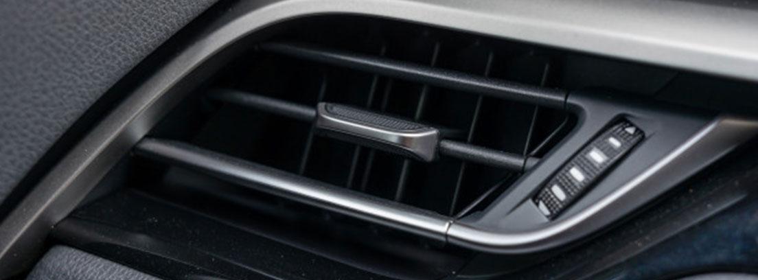 Detalle de la rejilla de aire acondicionado de un coche