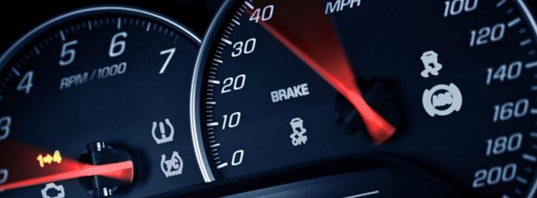 Detalle del velocímetro de un coche