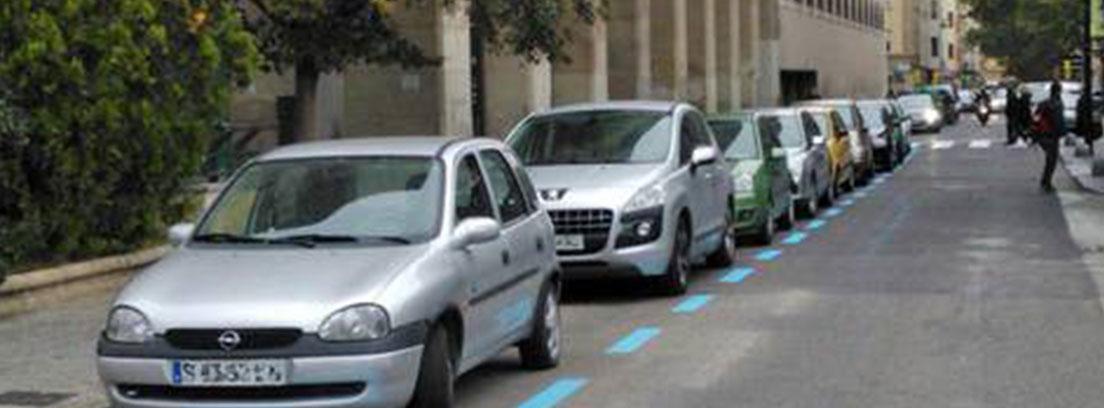 Coches aparcados en zona azul