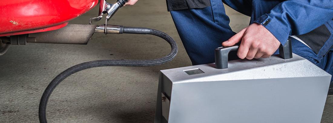 Operario calculando las emisiones de un tubo de escape