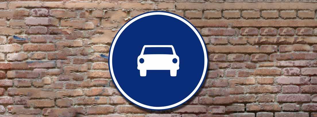 Señal de tráfico R-404 de paso obligatorio para automóviles excepto motocicletas