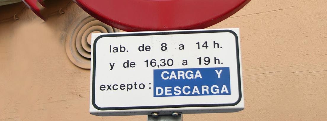 Señal de tráfico R-308 de prohibido estacionar con cartel informativo