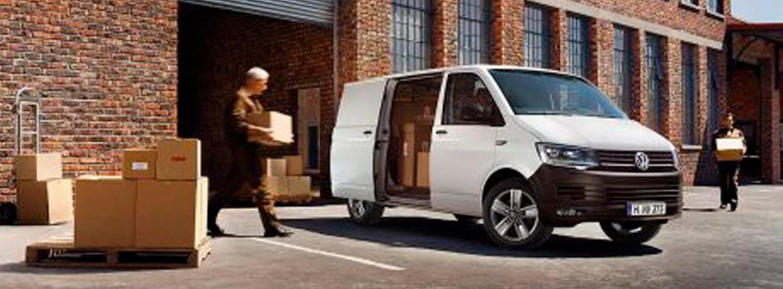 Dos personas cargando cajas en el furgón Transporter de Volkswagen