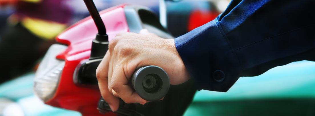 Primer plano de unas manos sobre el manillar de una moto