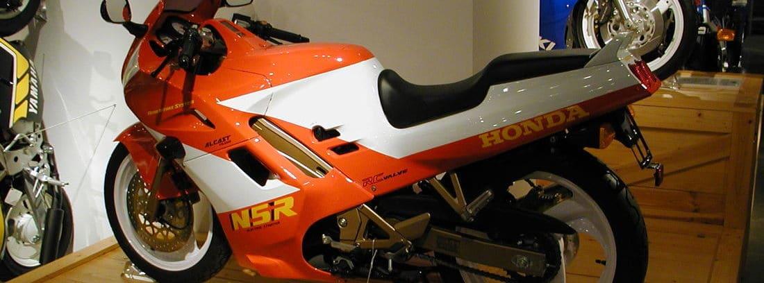 Moto de dos tiempos Honda NSR 125 de perfil