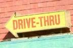 Flecha con las palabras 'drive-thru' de un restaurante con