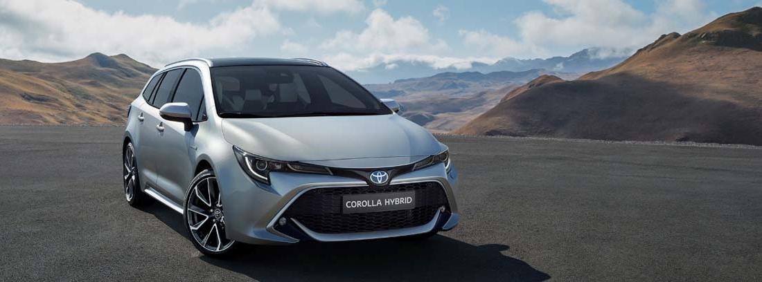 El nuevo Toyota Corolla Hybrid Touring Sports en una carretera entre montañas