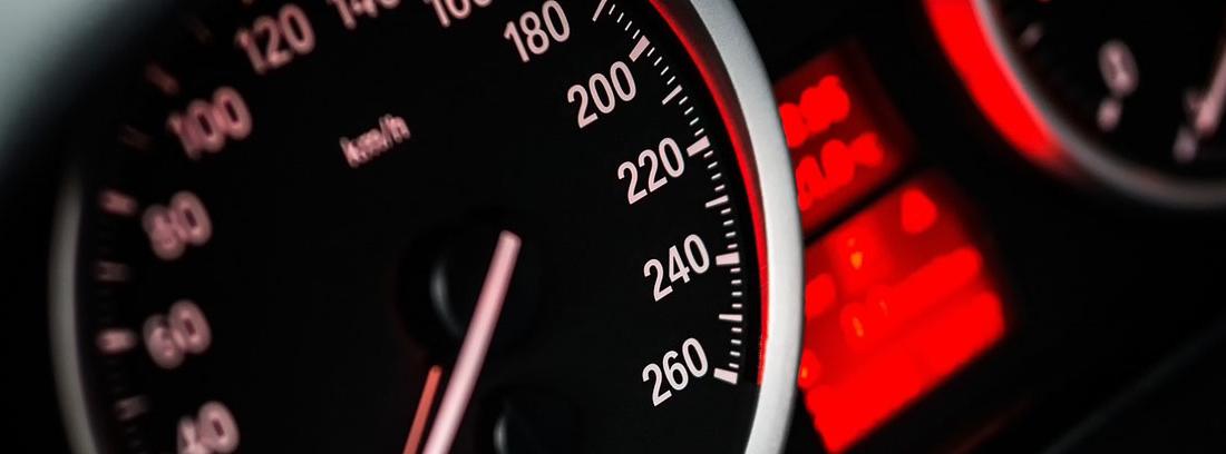 Indicador de velocidad de coche analógico de aguja y número blancos