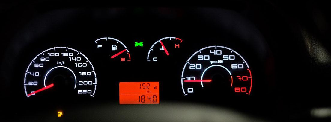 Panel de control de coche con velocímetro analógico de números blancos