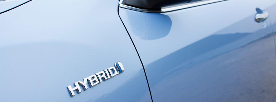 lateral de la puerta de un coche en el que se puede leer Hybrid