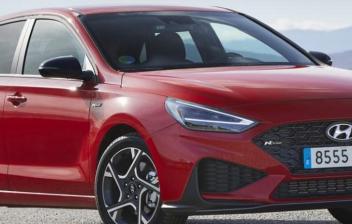 Hyundai I30 en color rojo con montañas de fondo