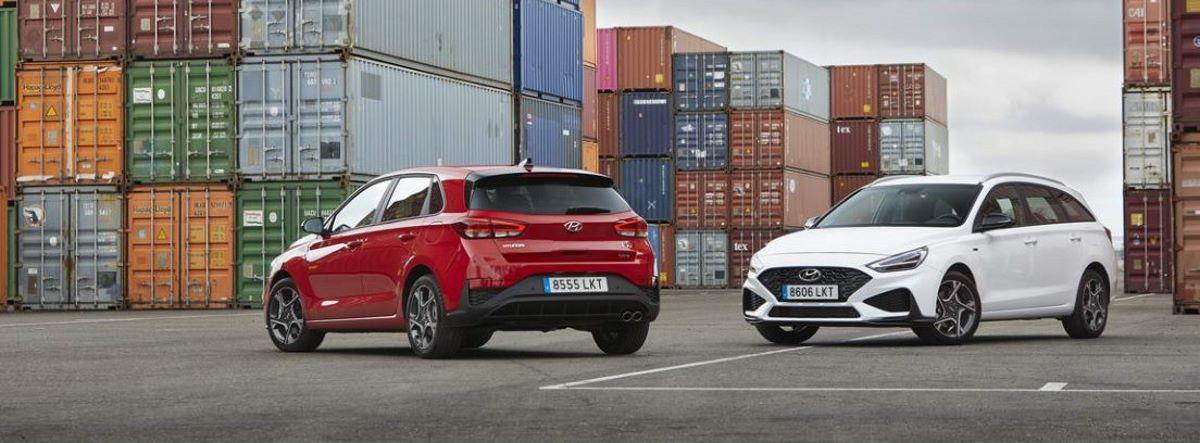 Dos Hyundai I30 entre contenedores industriales