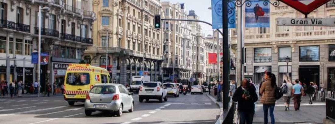 Tráfico de coches en la Gran Vía, junto a la boca del metro, una de las zonas del Madrid Central