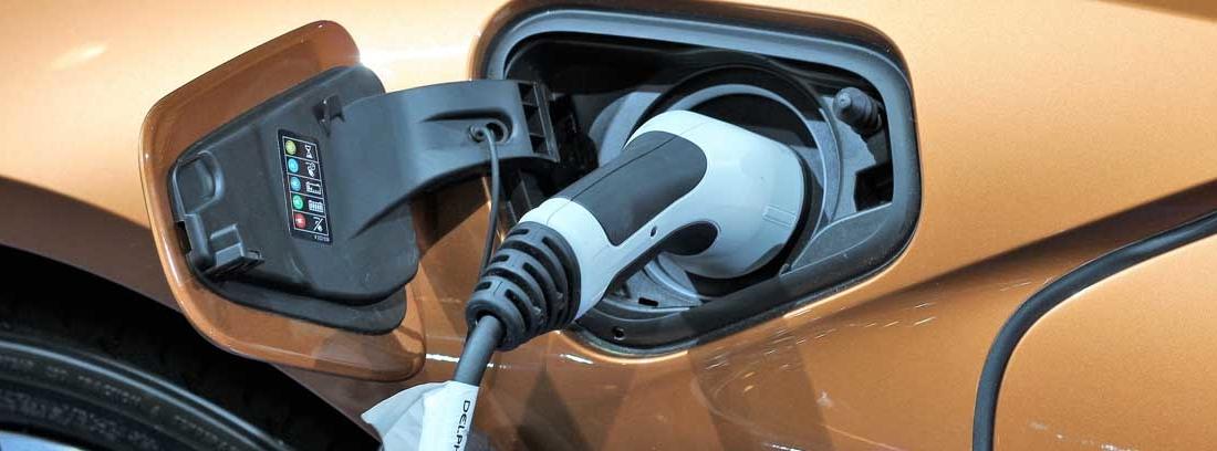 Detalle del enchufe de un coche eléctrico naranja