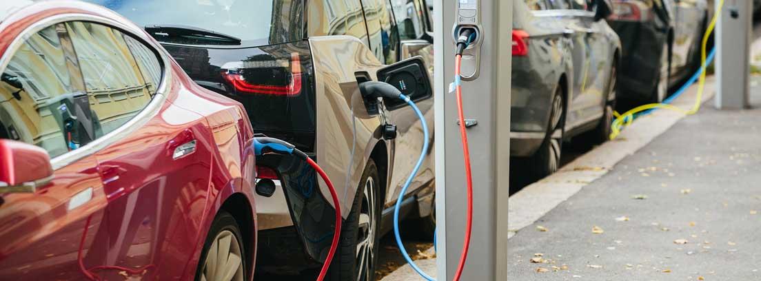 Coches eléctricos en un punto de recarga en la calle