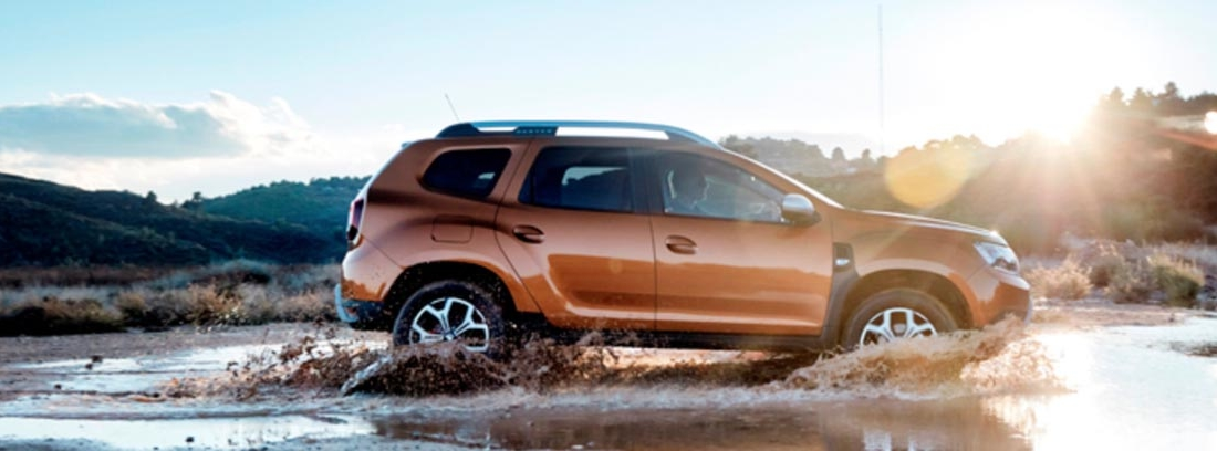 Dacia Duster 2018 circulando por un camino embarrado